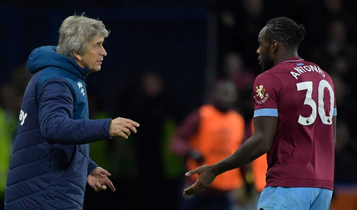 Manuel Pellegrini gives instructions to Michail Antonio
