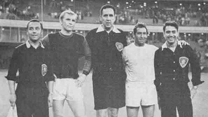 Mark van Gelder (English linesman from Houston), Bobby Moore, Larry King (referee from St. Louis), Francisco Gento, Alberto Nasuti (Argentinian Linesman from Houston)