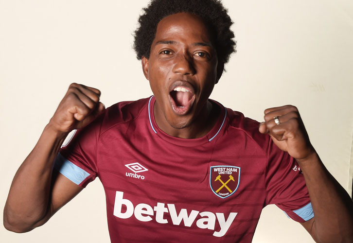 Carlos Sanchez has signed a two-year contract with West Ham United