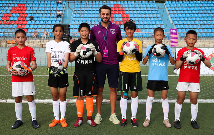 Lukasz Fabianski with young goalkeepers at the Premier Skills Cup