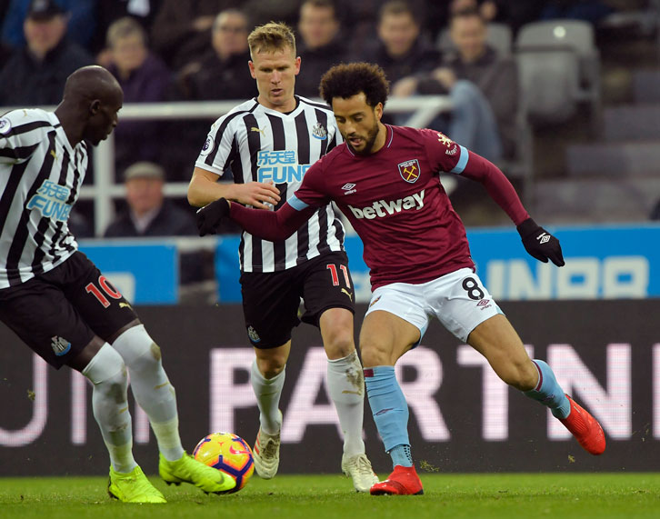 Felipe Anderson dribbles at Newcastle United
