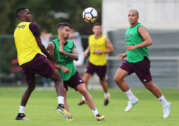 Manuel Lanzini is challenged by Edimilson Fernandes in training