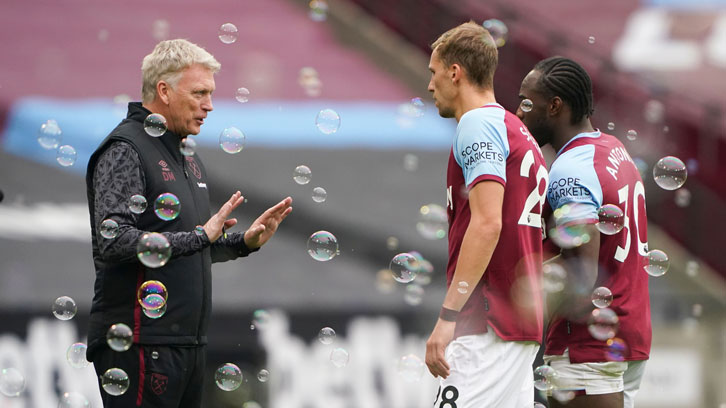 David Moyes talks to Soucek and Antonio