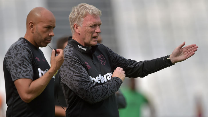 Paul Nevin working closely with David Moyes
