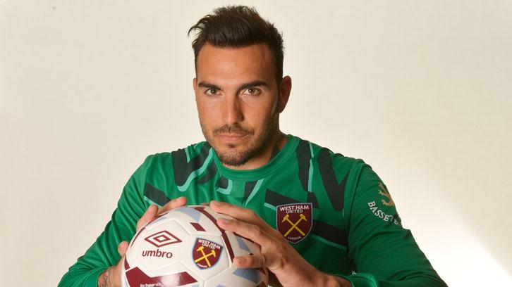 Roberto ya posa con jugador del West Ham.