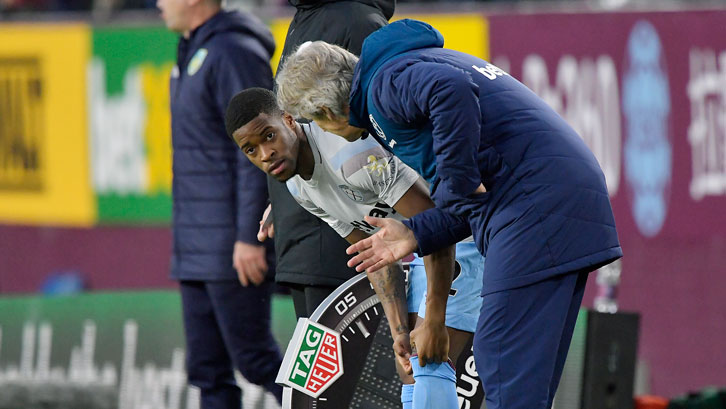 Xande Silva receives final instructions from Manuel Pellegrini at Turf Moor